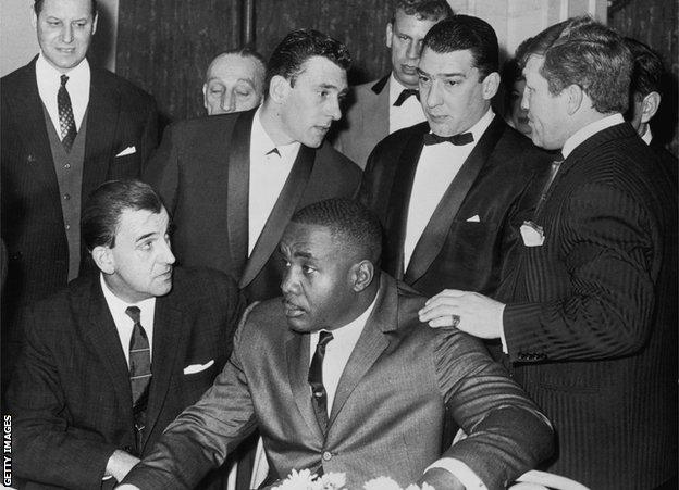 Soni Liston sa ozloglašenim londonskim gangsterima braćom Krej 1965. godine