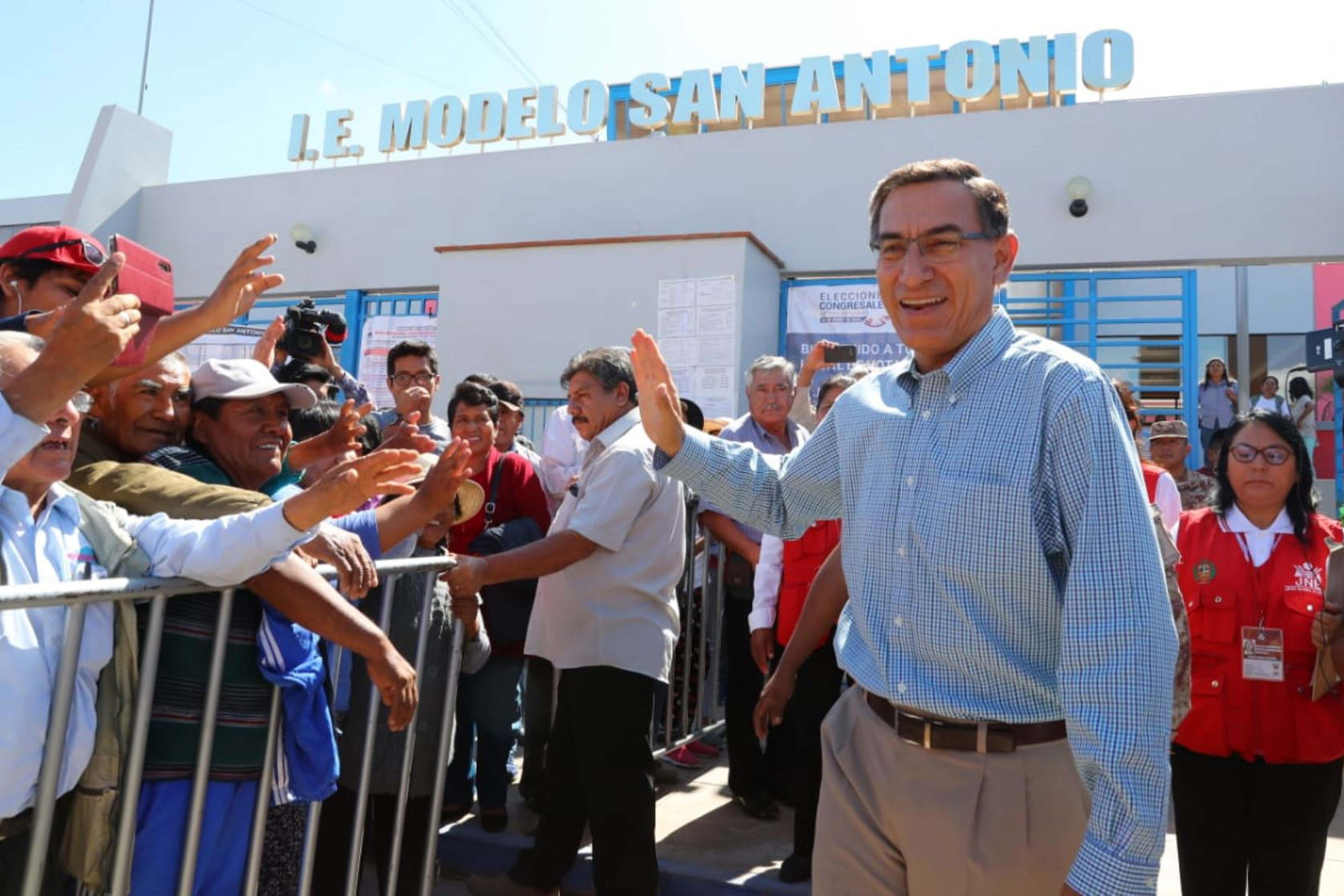 El presidente Martín Vizcarra saluda tras emitir su voto en el Colegio Modelo de San Antonio en Moquegua, Perú, el 26 de enero de 2020.