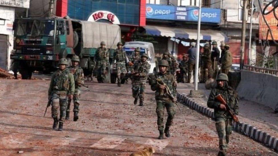 जम्मू में कर्फ़्यू के दौरान सैनिक गश्त कर रहे हैं