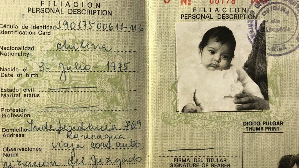 Pasaporte de María con el que viajó a Suecia.