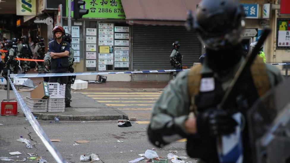 防暴警察在香港西灣河發生槍擊事件位置戒備(11/11/2019)