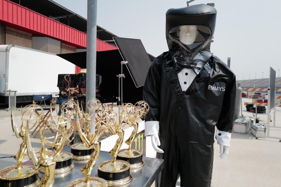 Una muestra del traje diseñado especialmente para los Emmy y para protección contra el covid