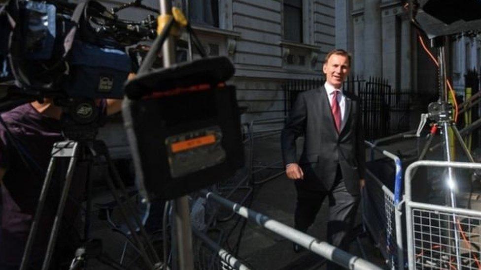 Menteri Luar Negeri Jeremy Hunt, saingan Johnson tiba di kantor PM Theresa May 10 Downing Street untuk pertemuan kabinet terakhir.