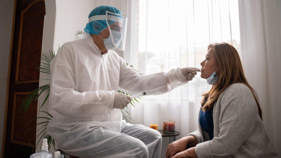 Paciente siendo monitoreada para covid