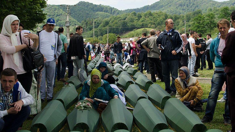 Funeral de bosnios identificados en 2014.
