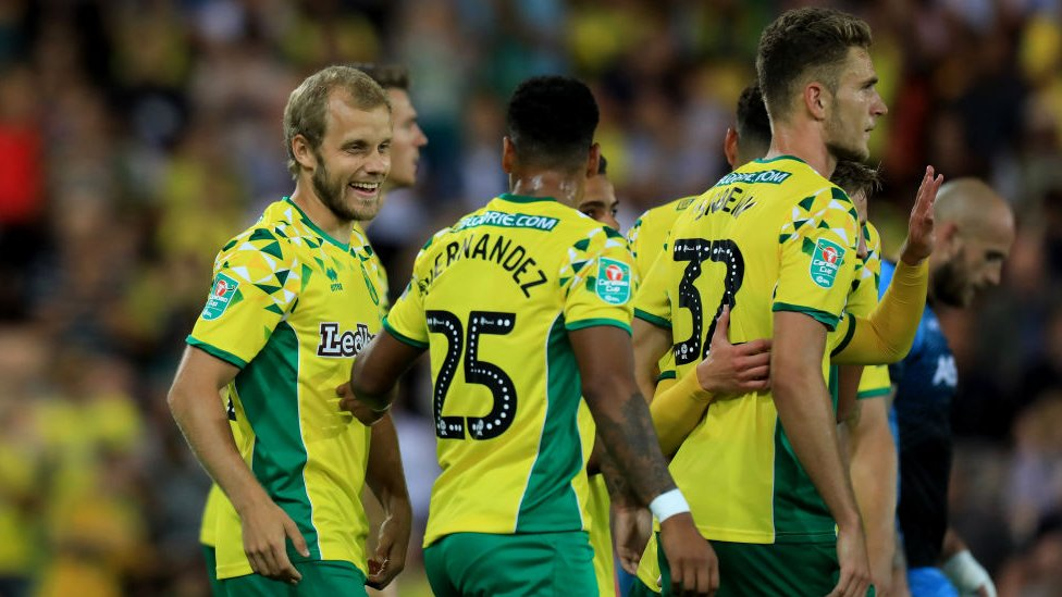 Es muy temprano para saber si el cambio de color tiene alguna incidencia en los resultados del Norwich, que acumula en casa una derrota y una victoria