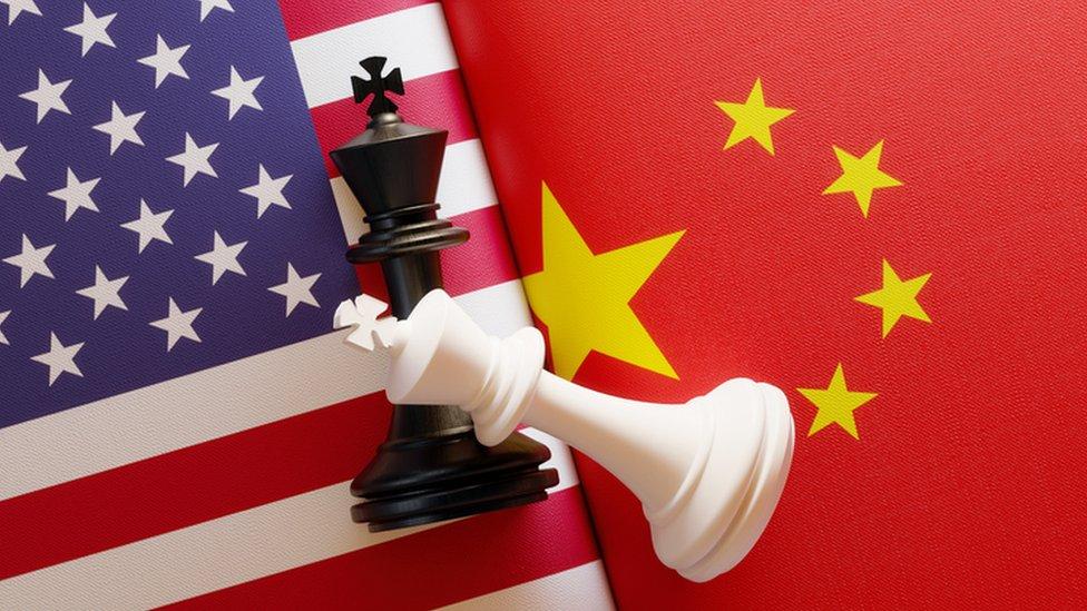 Banderas Estados Unidos, China con reyes de ajedrez.