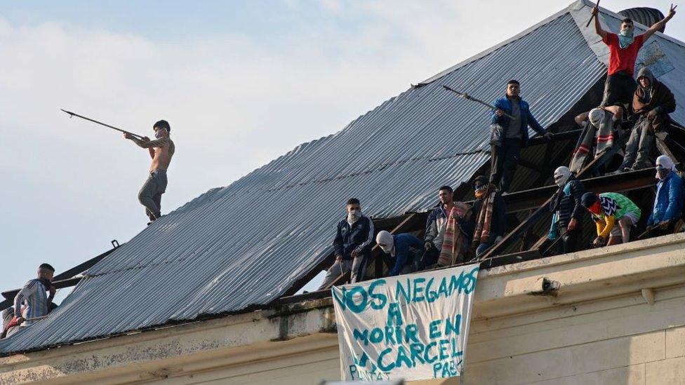 """""""Nos negamos a morir en las cárceles"""", protestan los presos argentinos."""
