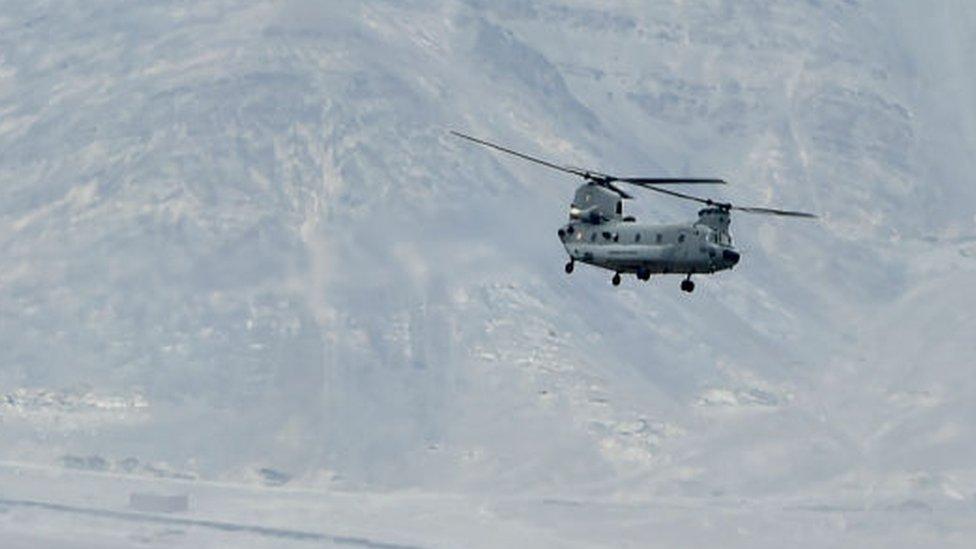 Un helicóptero indio sobrevolando la zona de la violencia en el Valle de Galvan.