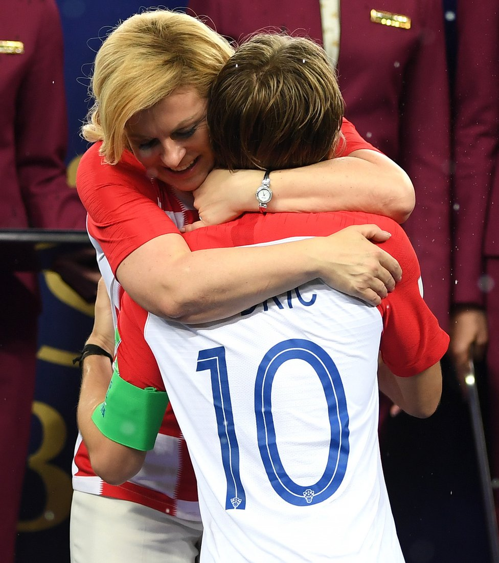 Kolinda Grabar-Kitarovic abrazando a Modric.