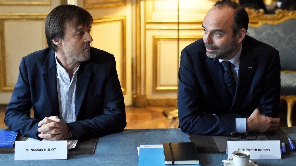 وزير البيئة نيكولا أولو يجلس بجوار رئيس الحكومة الفرنسي