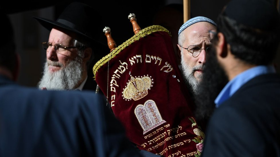 muškarci u sinagogi