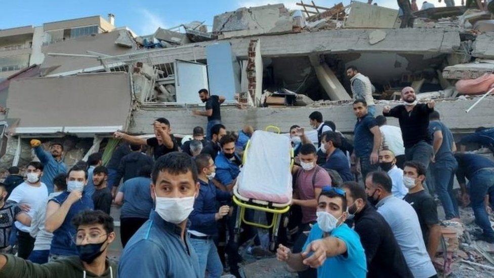 تسبب الزلزال في مقتل وإصابة العشرات