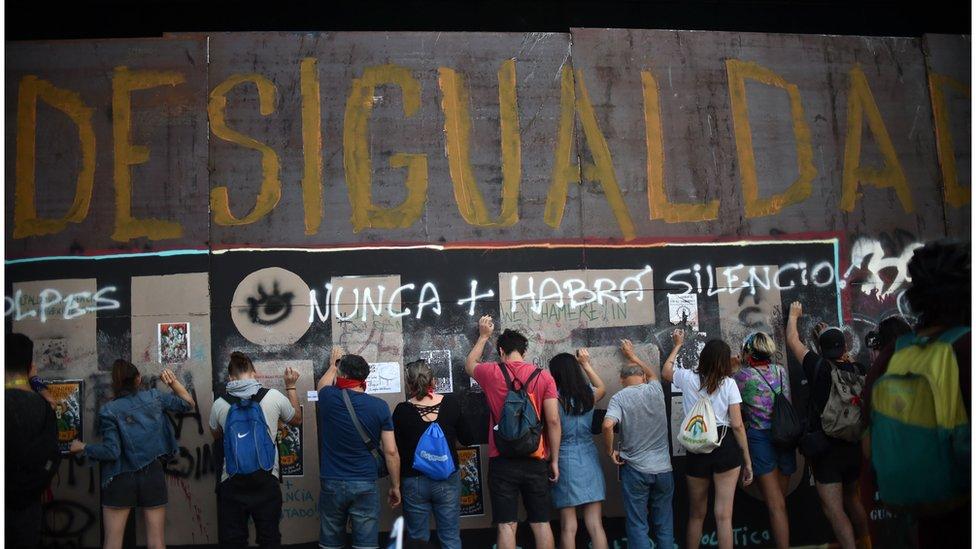 """Proteste no Chile sob um grafite que diz """"Desigualdade""""."""