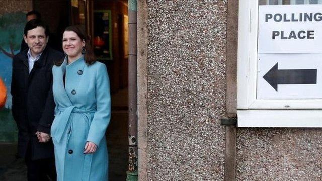 自由民主黨領袖喬·斯溫森在丈夫陪同下,走訪格拉斯哥。