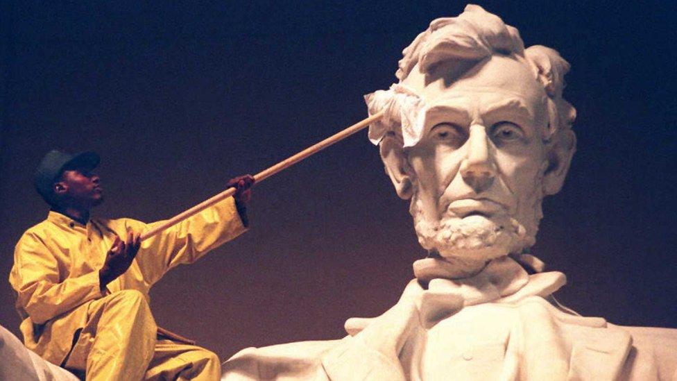 Un hombre limpia la estatua de Abraham Lincoln en Washington.