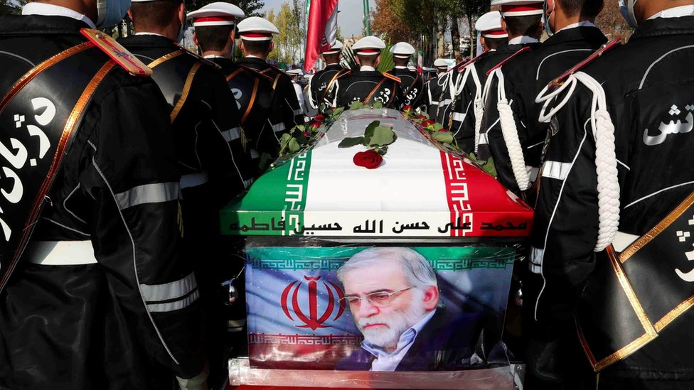 Iranian troops hold Mohsen Fakhrizadeh's coffin at a funeral ceremony in Tehran (30 November 2020)