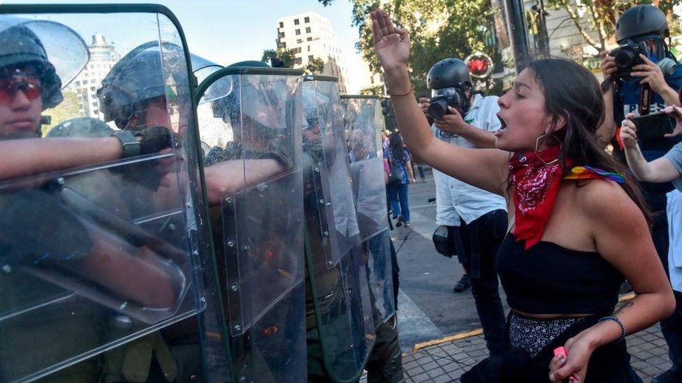 Manifestante encara a policías