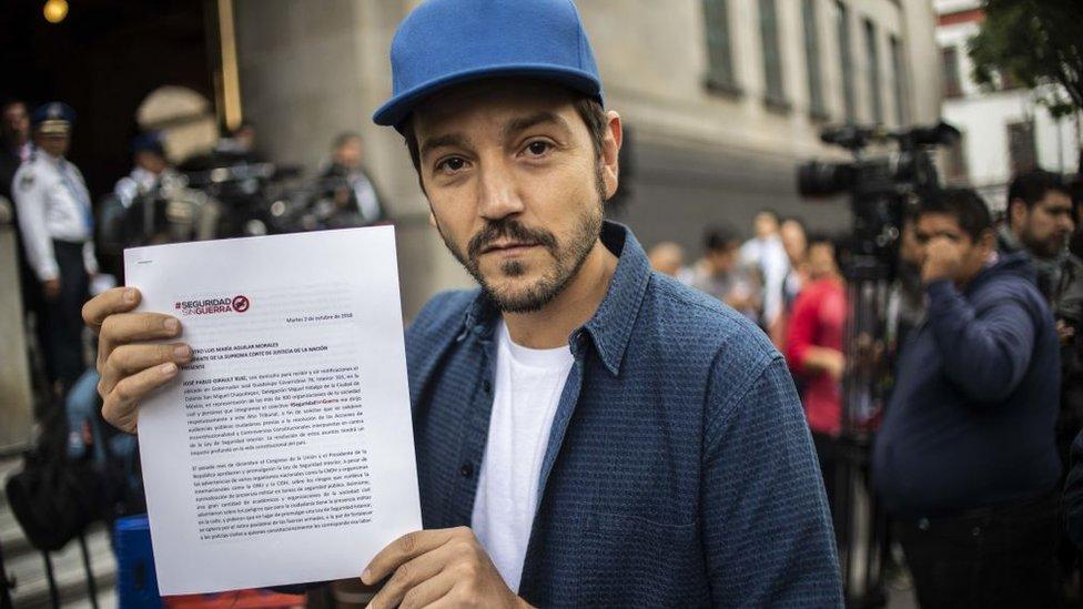 Diego Luna con un documento exigiendo seguridad sin guerra.