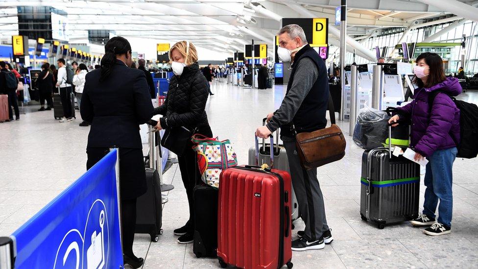 Coronavirus: caos en los principales aeropuertos de EE.UU. por los controles médicos a los pasajeros que llegan de Europa por el covid-19 - BBC News Mundo