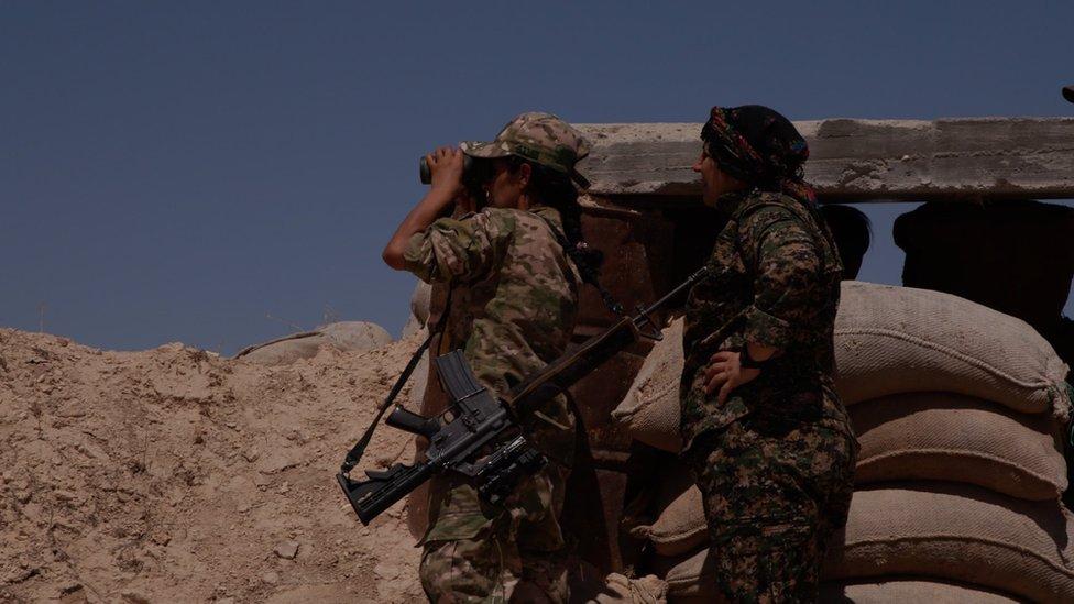 المقاتلة كردستان ومعها مقاتلة أخرى من وحدات حماية المرأة