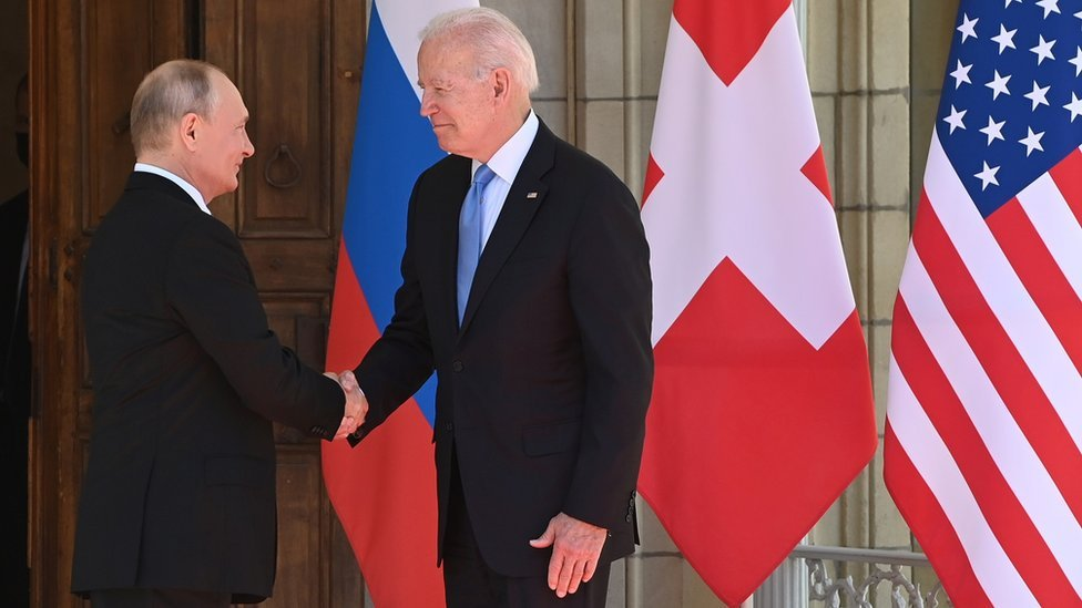 مصافحة بين فلاديمير بوتين وجو بايدن في قمة جنيف، 16 يونيو/حزيران 2021