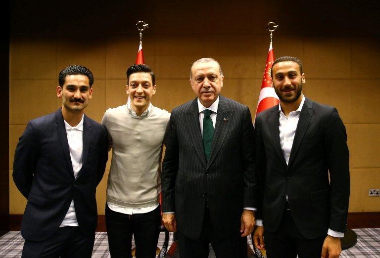 İlkay Gündoğan, Mesut Özil, Cumhurbaşkanı Recep Tayyip Erdoğan ve Cenk Tosun