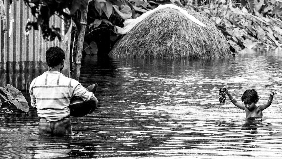 बिहार बाढ़: जहां रह रहे वहीं लाश जला रहे लोग