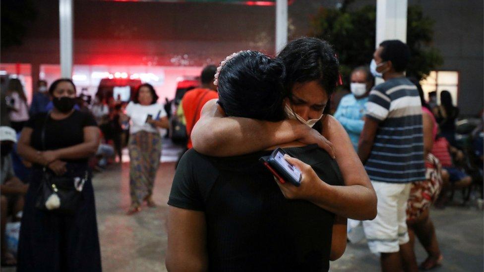 Mulheres se abraçam em Manaus