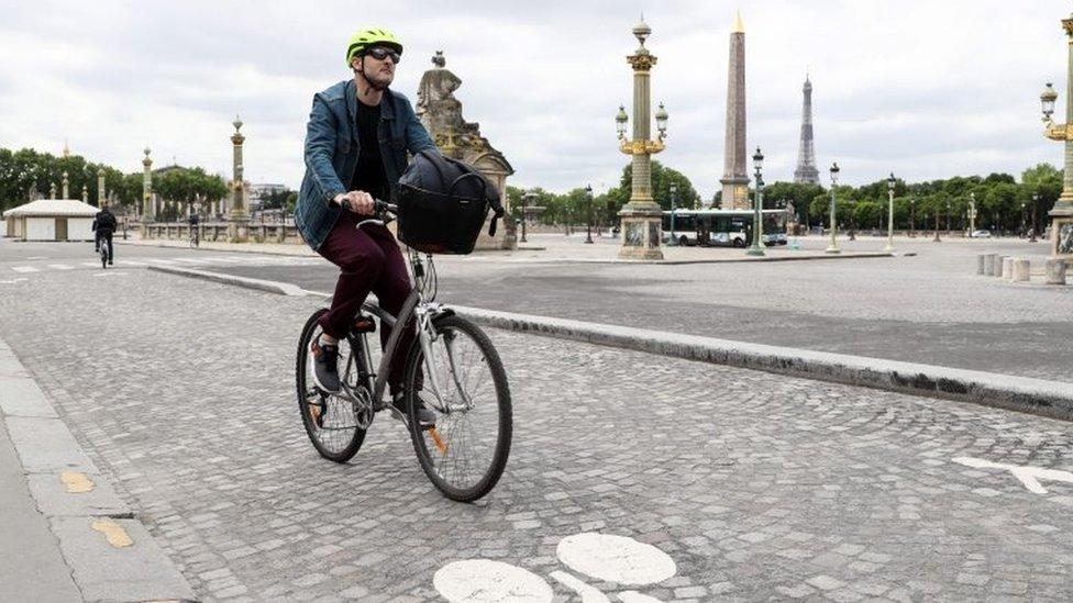 Un ciclista pasea por la plaza de la Concordia en París, el 4 de mayo, cuando se cumplen 45 días de cuarentena estricta en Francia.