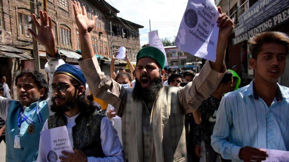 عادة ما تثير مزاعم التجديف احتجاجات عنيفة في أوساط الجماعات الدينية المتشددة