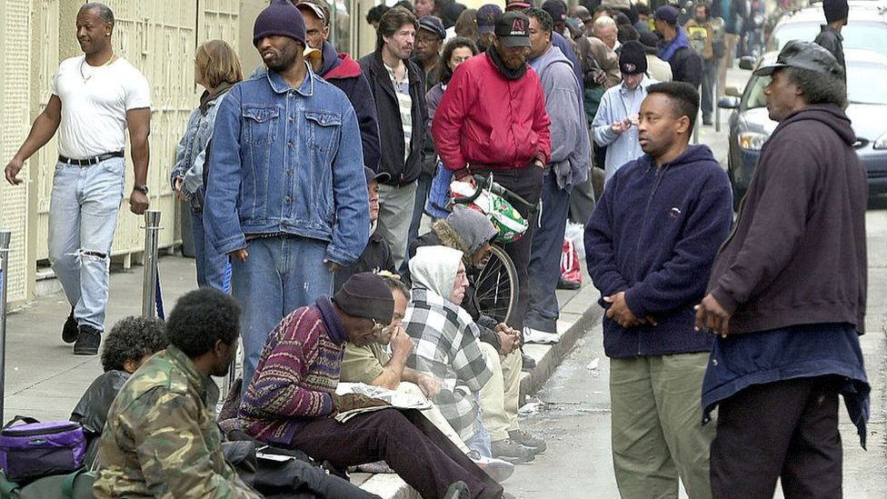 Gente haciendo cola en un comedor público en California, EE.UU.