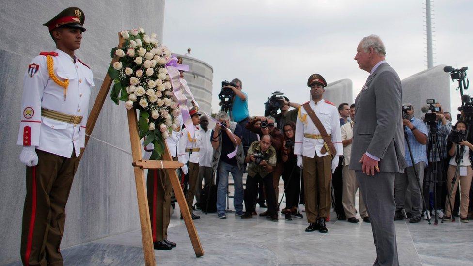 El príncipe Carlos en una ceremonia en honor a José Martí, en La Habana, Cuba.
