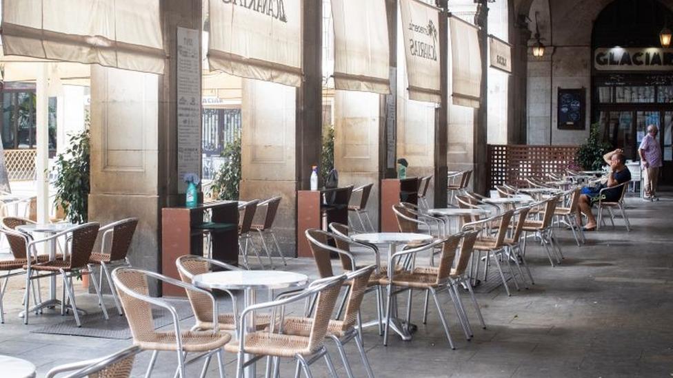 Restaurante com mesas e cadeiras vazias em Barcelona