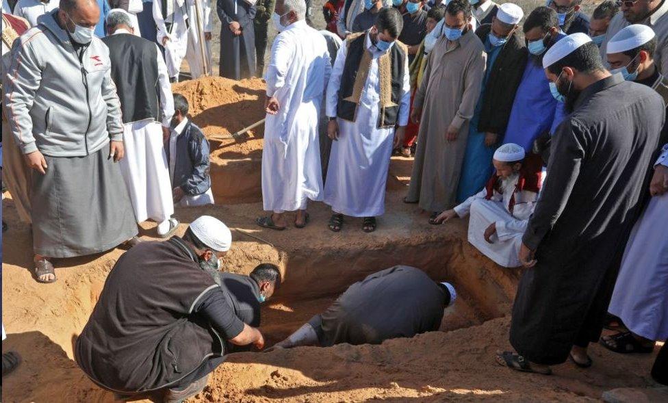 تم دفن إحدى الجثث المستخرجة بشكل لائق في 13 نوفمبر 2020