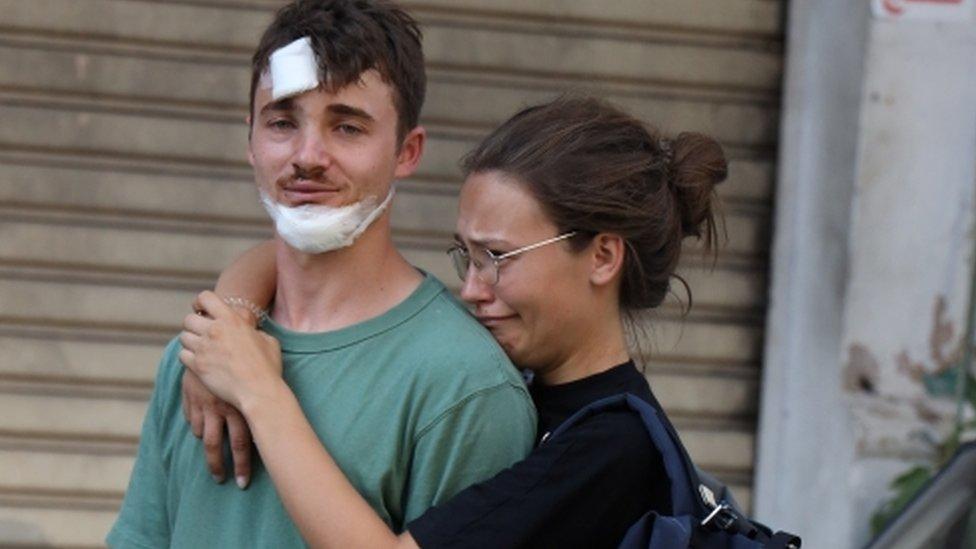 Dos jóvenes heridos tras la masiva explosión en Beirut.