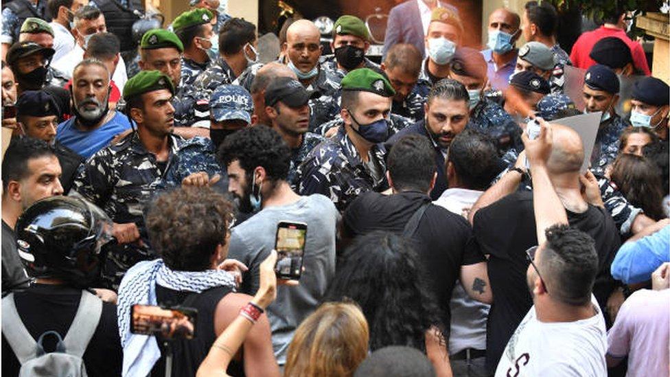 أقارب ضحايا انفجار مرفأ بيروت يتظاهرون أمام منزل وزير الداخلية مطالبين بمحاكمة عادلة للمتهمين.