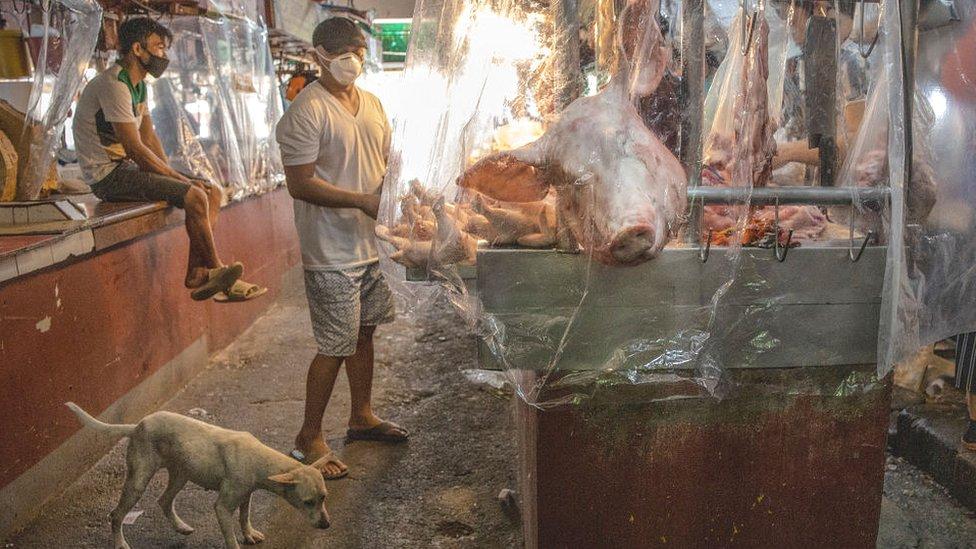 Un mercado mojado cubierto con plástico.