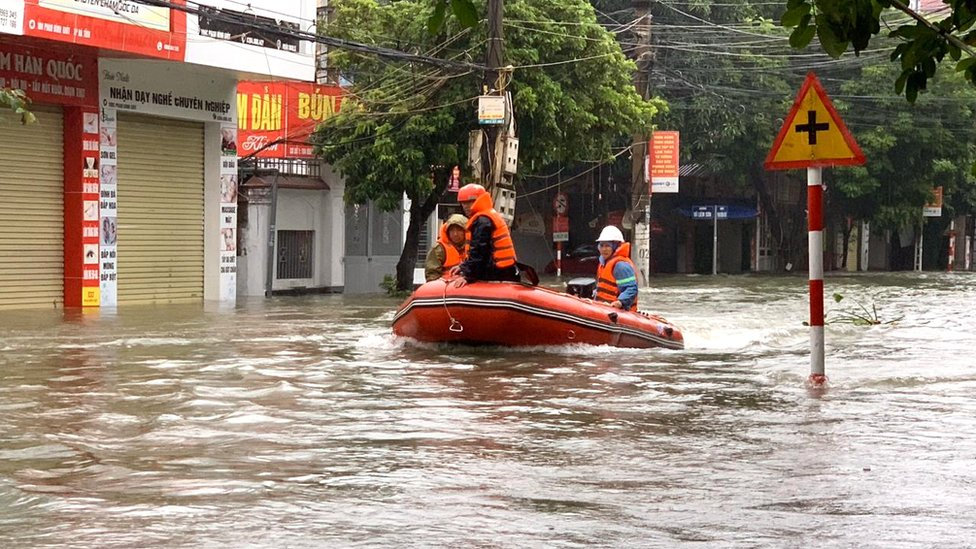 Hundreds of thousands of people are in need of urgent shelter, safe drinking water and food, the Red Cross says