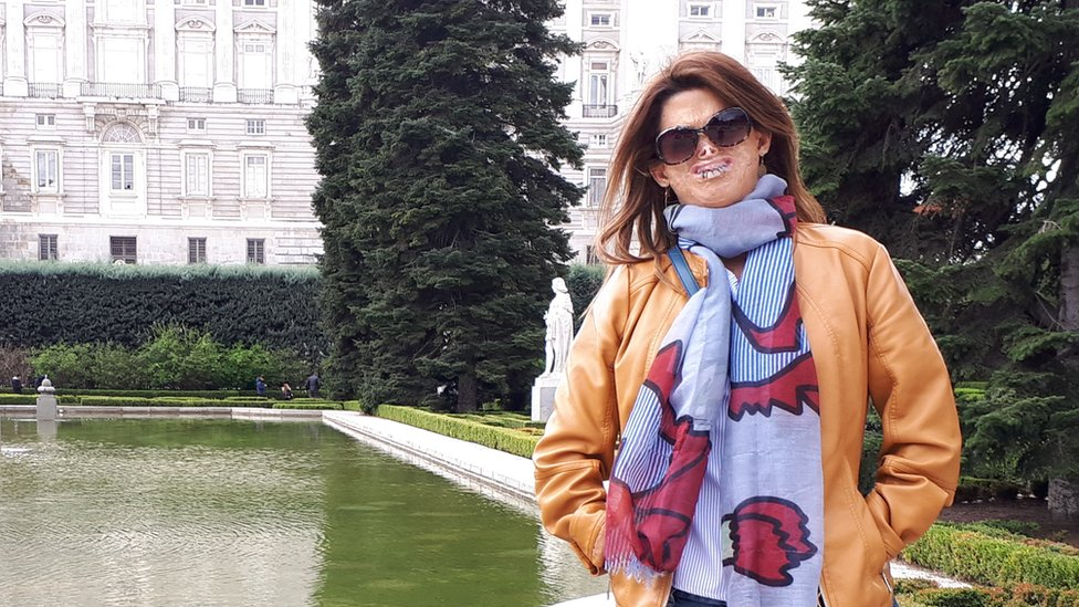 Fide Mirón frente al Palacio Real de Madrid.