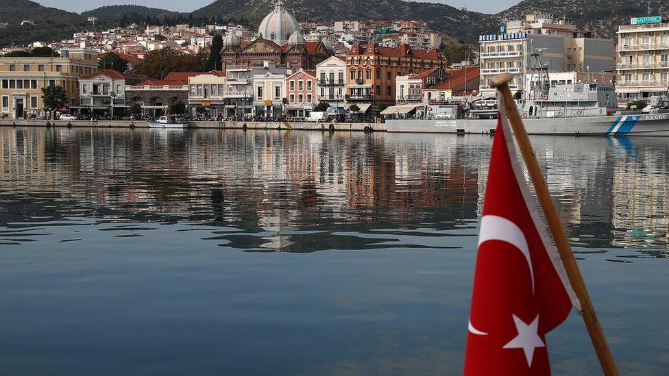 ساحل اليونان من مركب عليه علم تركيا