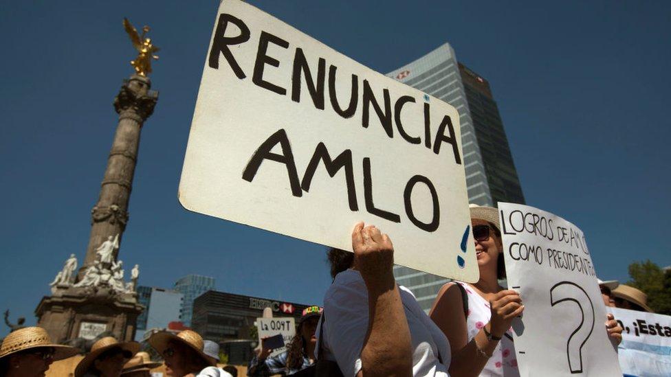 Pancarta de protesta contra el presidente de México.