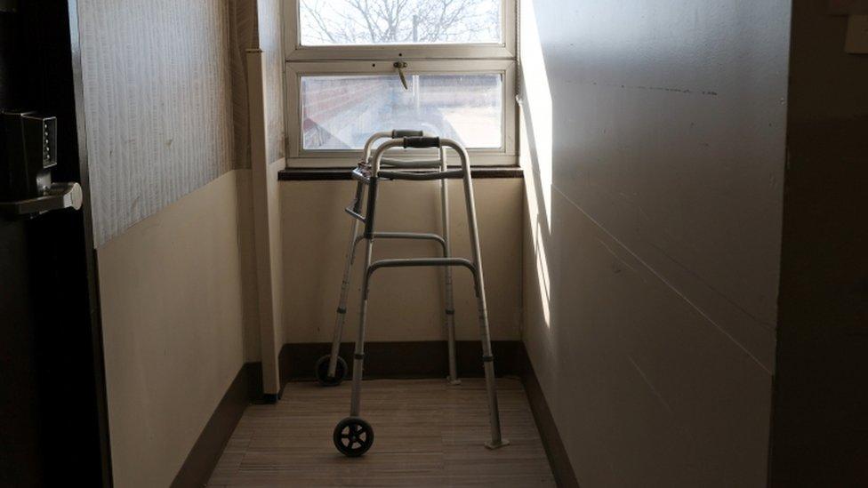 Andador em corredor de asilo