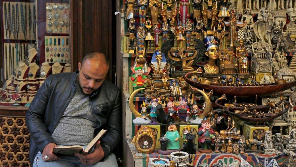 بائع تحف يقرأ القرآن