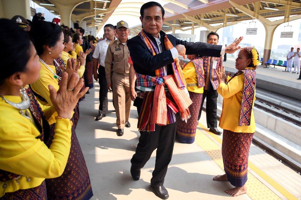 tajlandki premijer na železničkoj stanici