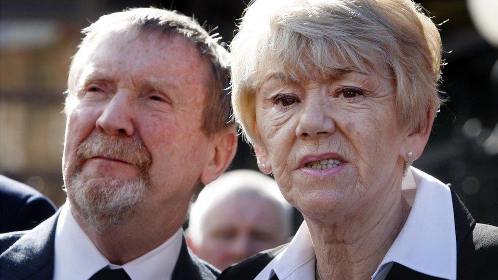 Hu y Bea Jones fuera del tribunal después de que se dictó el veredicto.