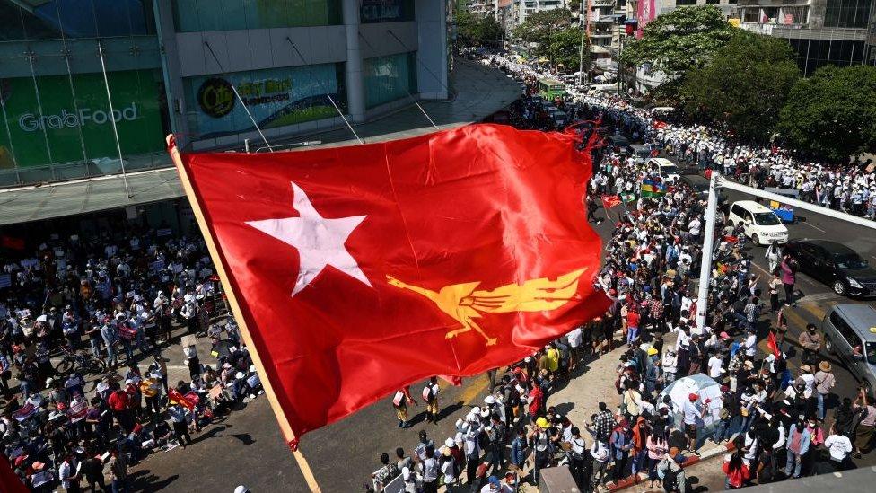 La bandera de la Liga Nacional para la Democracia en las protestas de este miércoles en Myanmar.