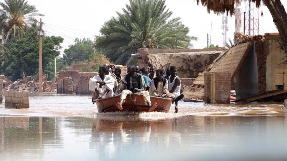 سكان وادرملي عادوا بالقارب إلى بيوتهم في محاولة إنقاذ ما يمكن إنقاذه من ممتلكاتهم