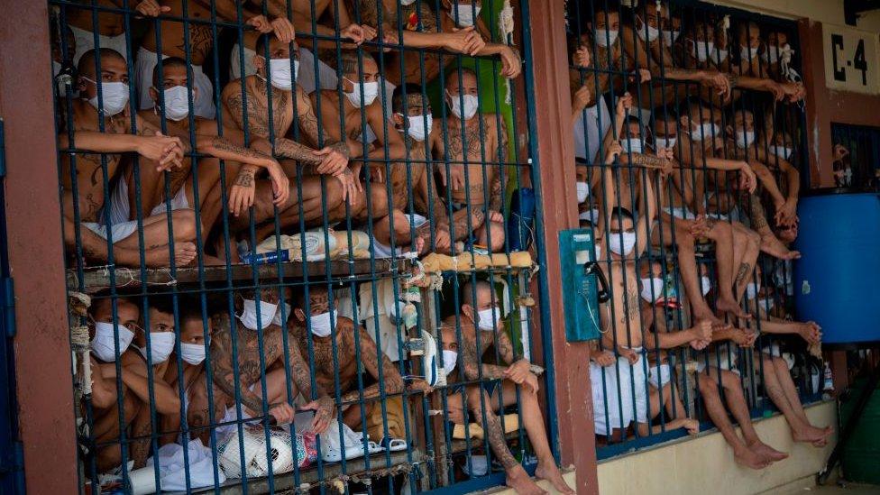Pandilleros encarcelados en cárceles en El Salvador.