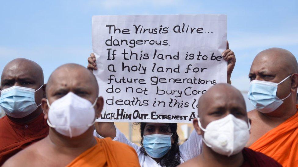 مظاهرة في سريلانكا لدعم سياسة الحكومة في فرض حرق جثث الأشخاص الذين يموتون جراء إصابتهم بكوفيد-19